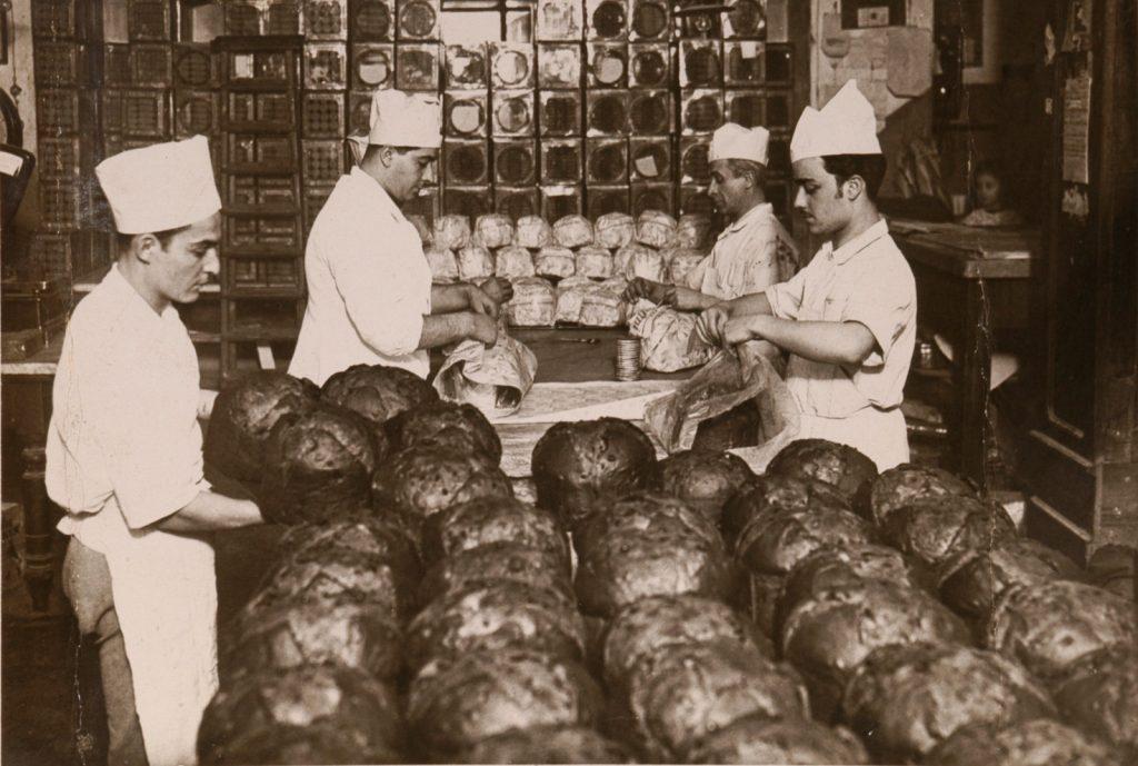 Particolari delle fasi di confezionamento dei panettoni nel periodo precedente la II Guerra mondiale. La fabbrica resterà in via Alessandria fino al 1958, quando dopo 52 anni si trasferirà nell'attuale sede di via Tiburtina per le accresciute esigenze produttive