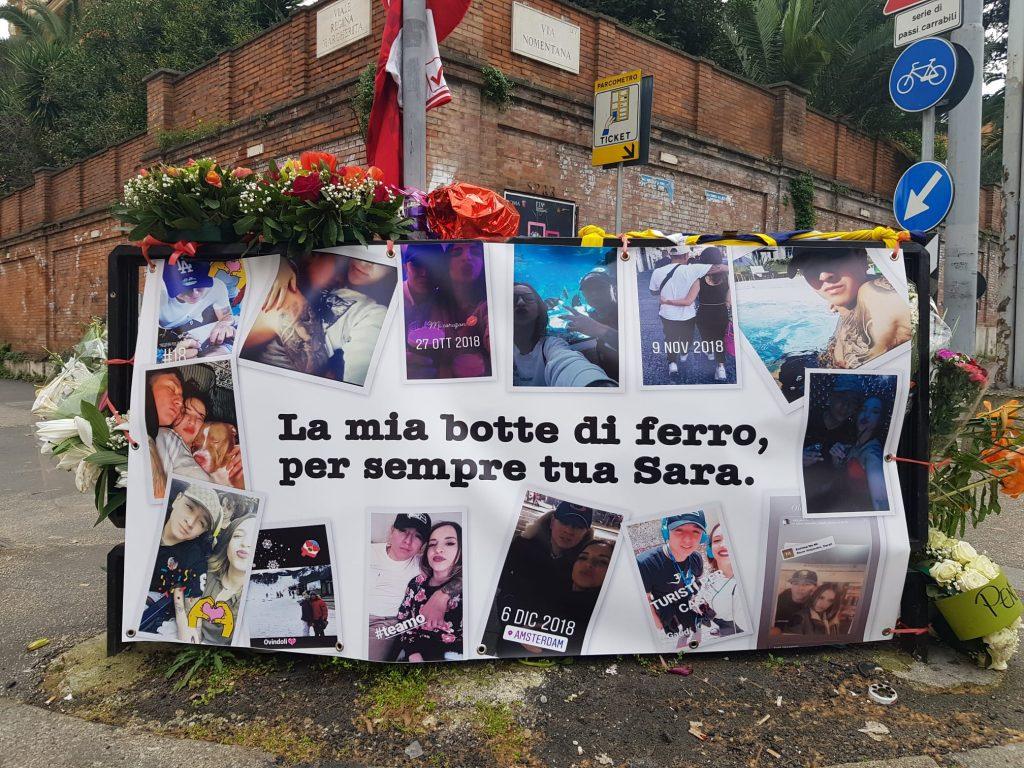 Il cartello per Luis Adriu Figueroa da parte della fidanzata Sara