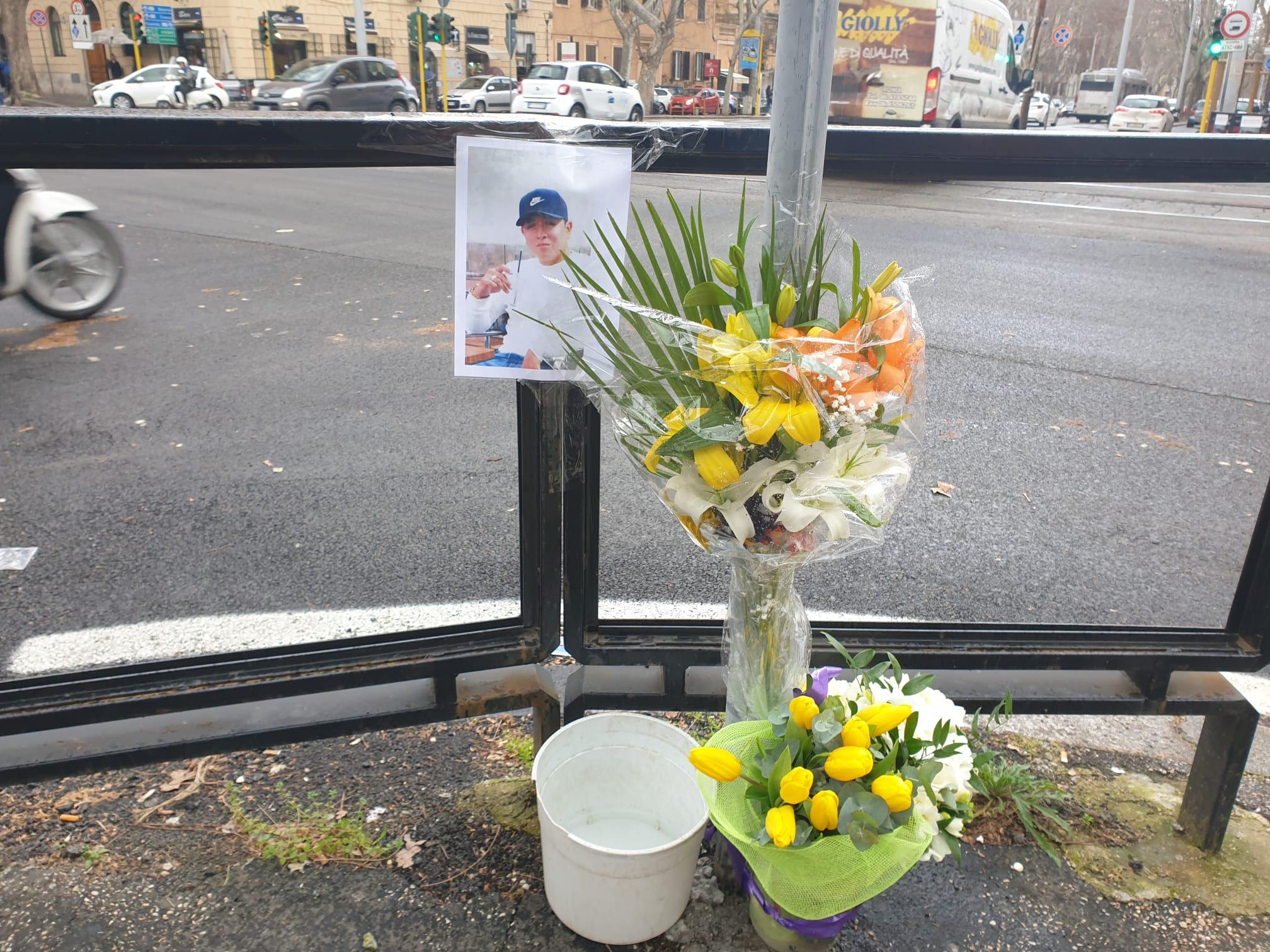 I fiori depositati dai parenti di Luis Andriu Figueroa nel luogo dell'incidente