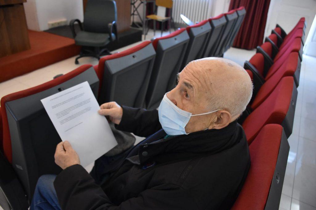 Il signor Antonio Di Luca con l'attestato della vaccinazione