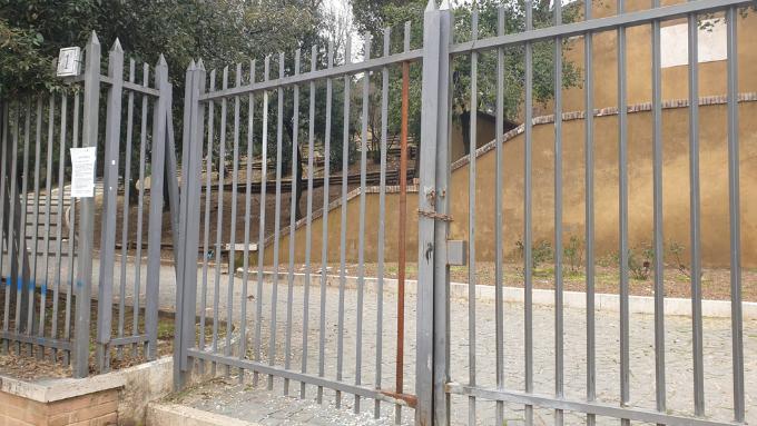 Cancelli chiusi a Parco Nemorense