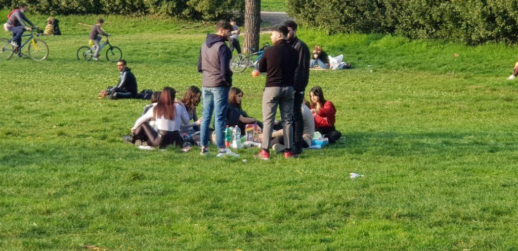 Giovani assembrati a Villa Ada