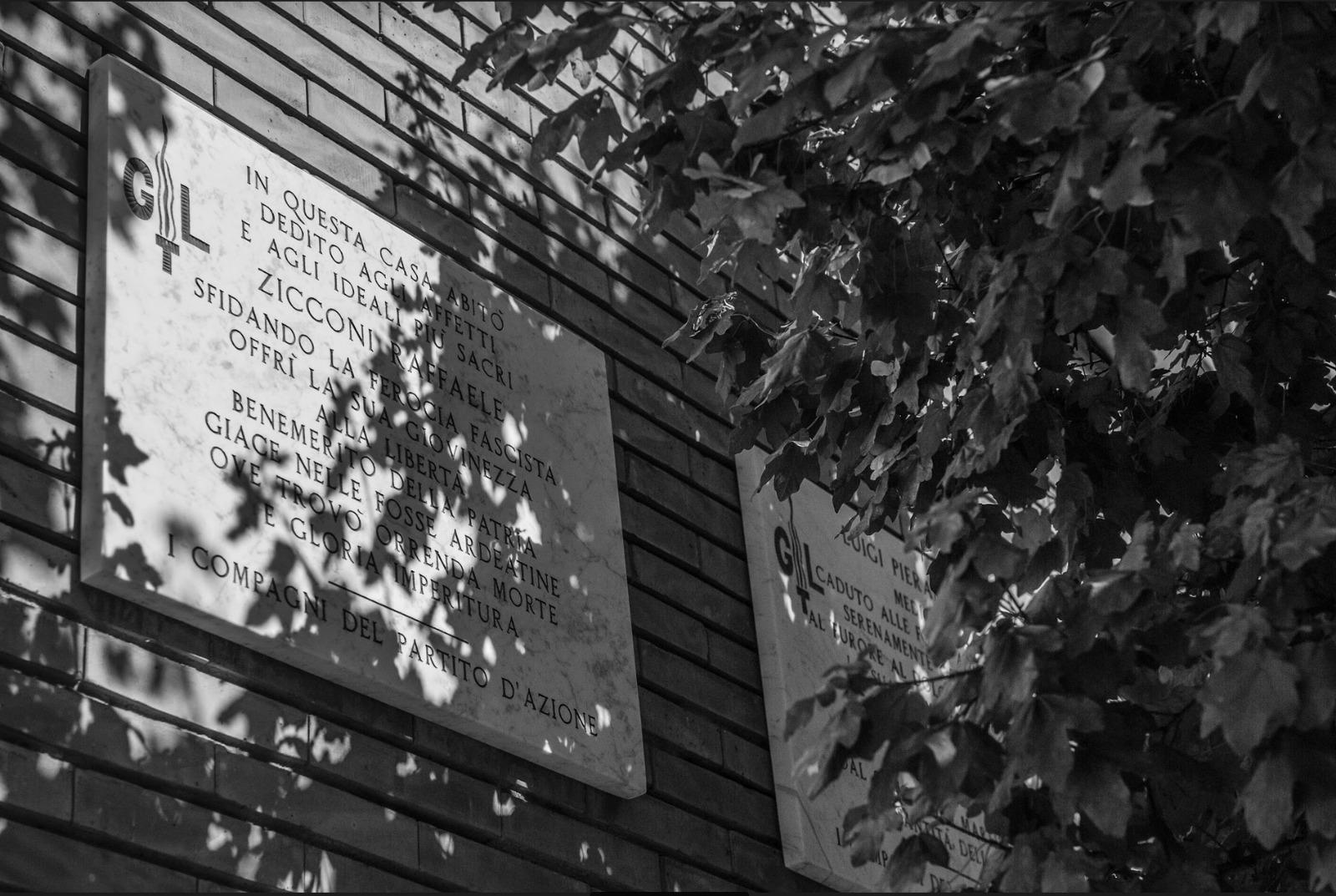 LE DUE TARGHE Le targhe che ricordano Pierantoni (Foto di Antonio Tiso)
