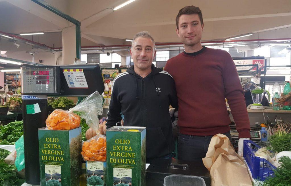 Luca Paparoni e il figlio SImone al loro banco al Mercato Trieste.