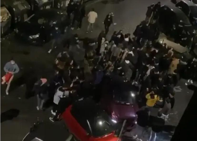 Assembramenti e musica ad alto volume in piazza Fiume (video da Welcome to Favelas)