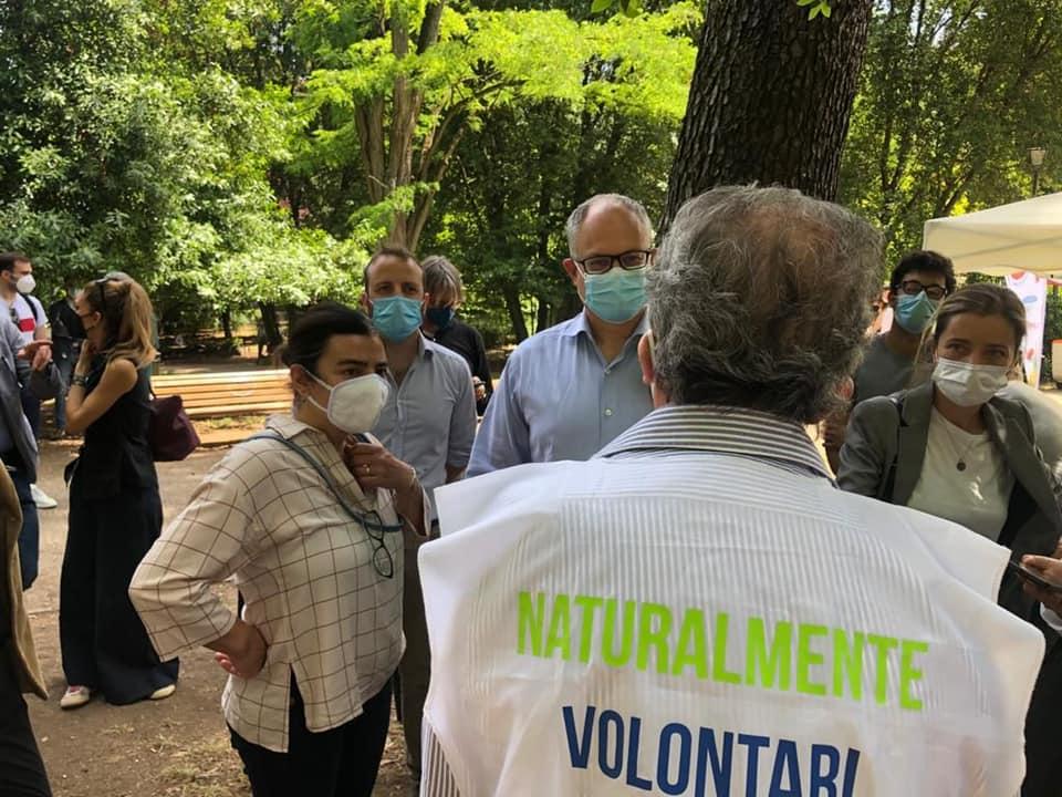 Francesca Del Bello e Roberto Gualtieri a Villa Leopardi con alcuni attivisti del quartiere