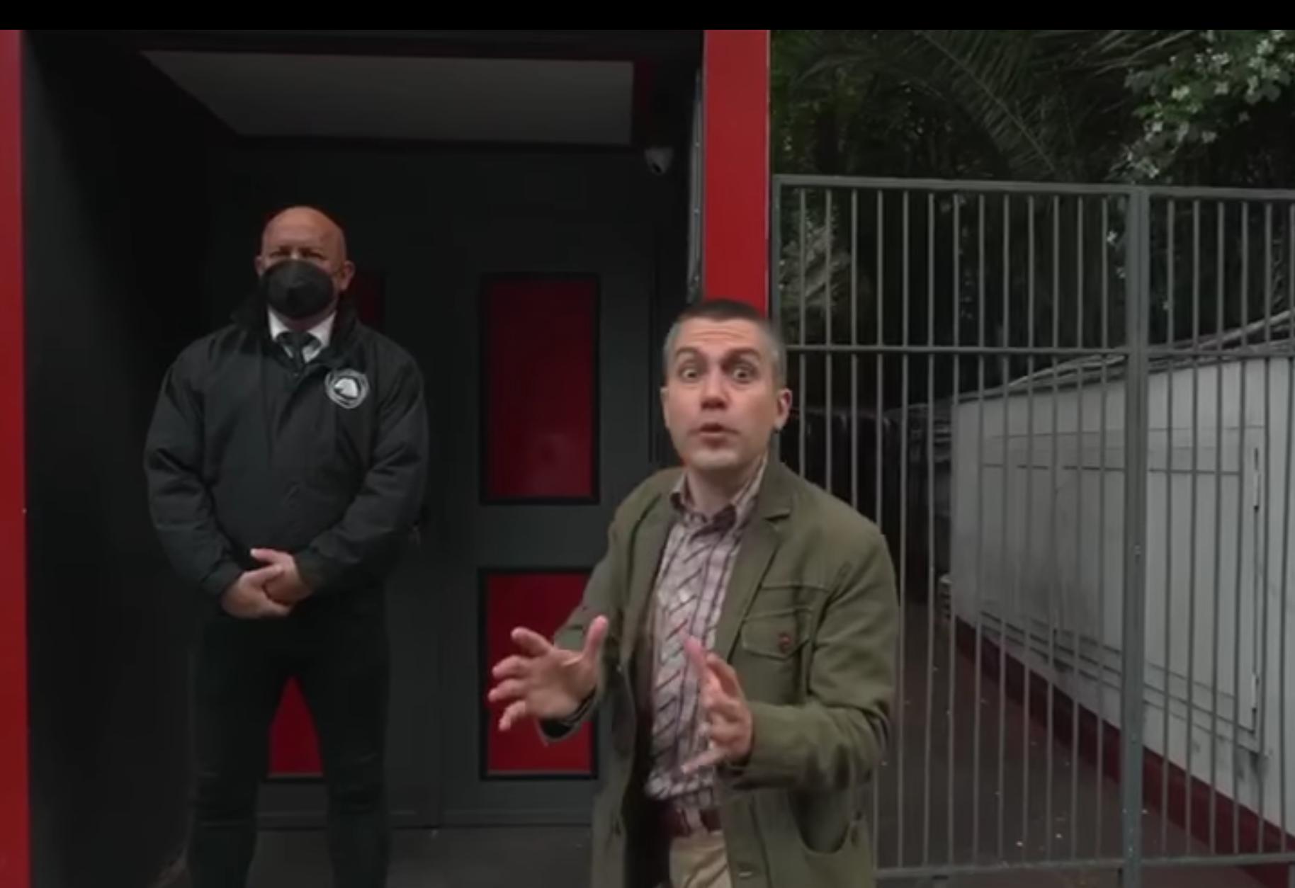 Saverio Raimondo davanti al Piper Club