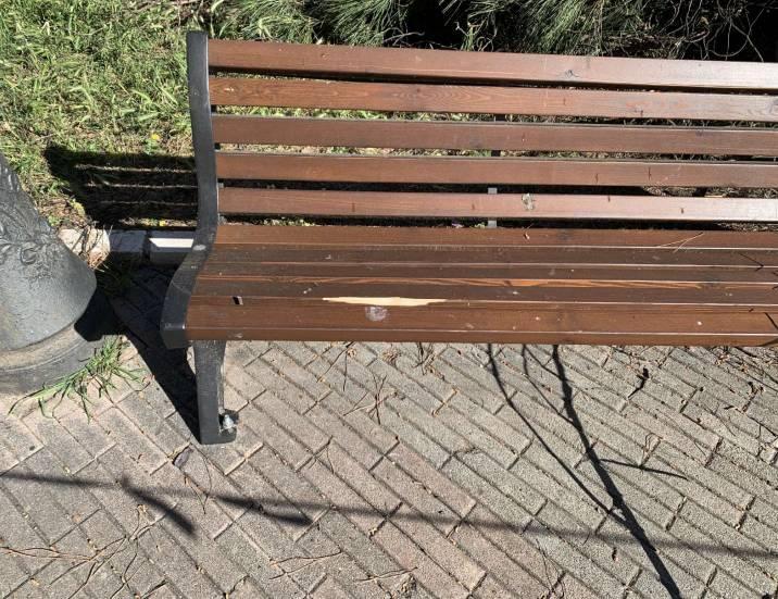 La panchina danneggiata in piazza Trento