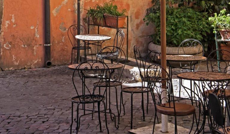 Tavolini all'esterno di un esercizio commerciale