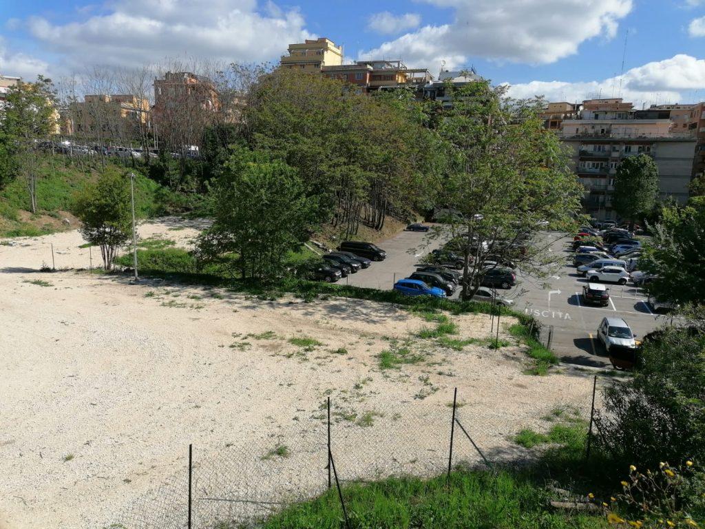 L'area dove verranno realizzati nuovi posti auto a via Homs