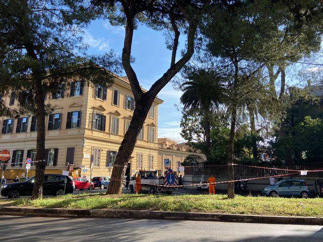 Operai del Simu a lavoro su Corso Trieste, lunedì 7 giugno