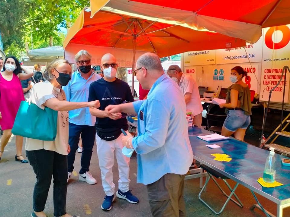 Sabrina Alfonsi al mercato dei libri sul lungotevere Oberdan