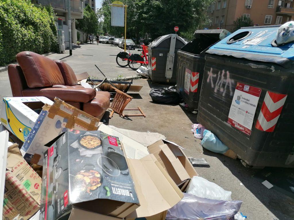 Un divano e altri rifiuti ingombranti abbandonati a viale Etiopia