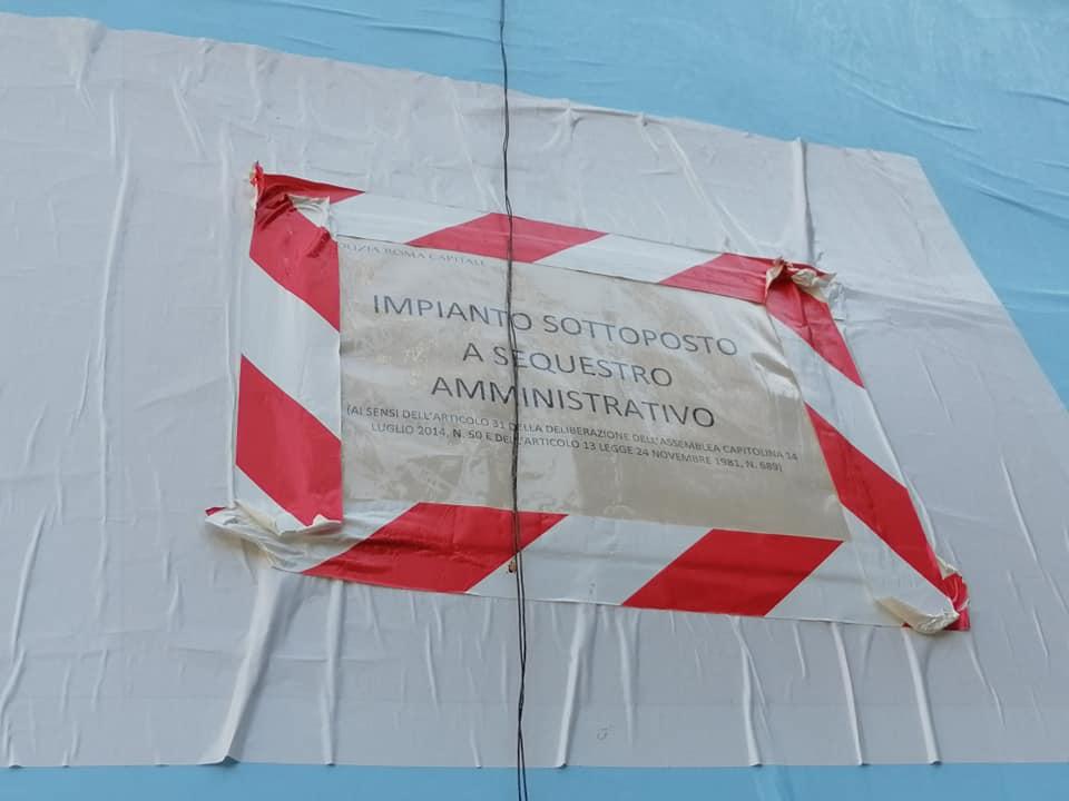 Uno dei cartelloni pubblicitari sigillati vicino a Villa Ada