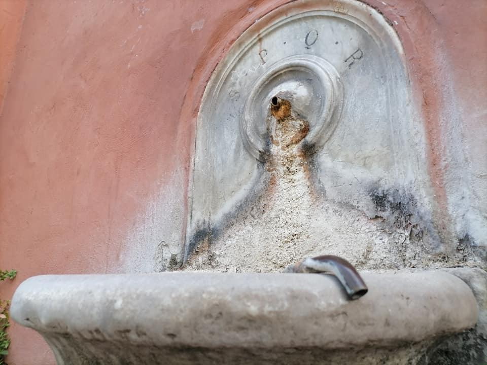 La fontanella danneggiata in via Nera - foto di Osservatorio Sherwood