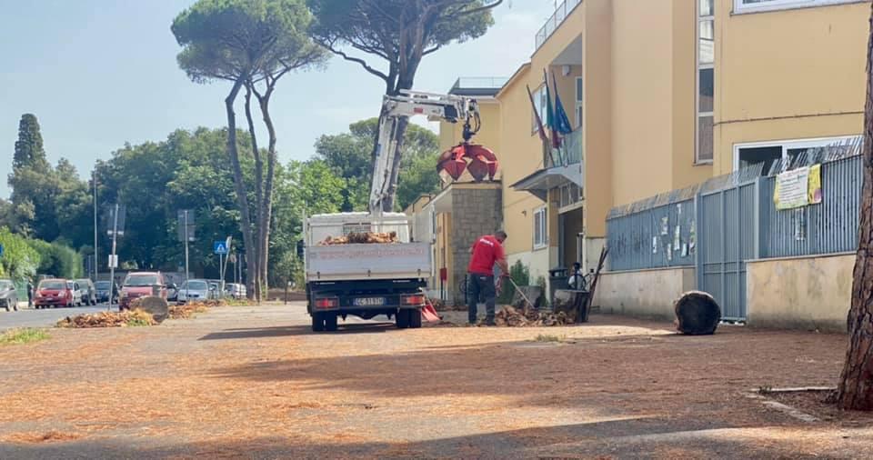 Operai a lavoro in via di Villa Chigi (foto dalla pagina Facebook di Roberto Ferraresi)