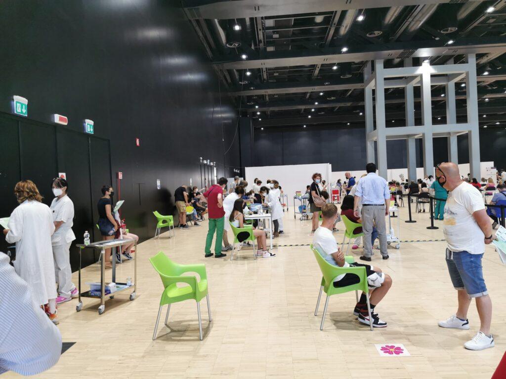 Cittadini in attesa del vaccino