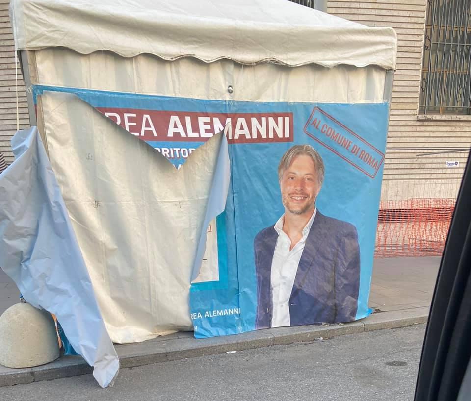 Il gazebo di Andrea Alemanni vandalizzato in piazza Bologna