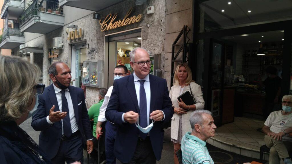 Roberto Gualtieri con Giulio Anticoli, candidato consigliere comunale in una lista civica a sostegno dell'ex ministro dell'Economia