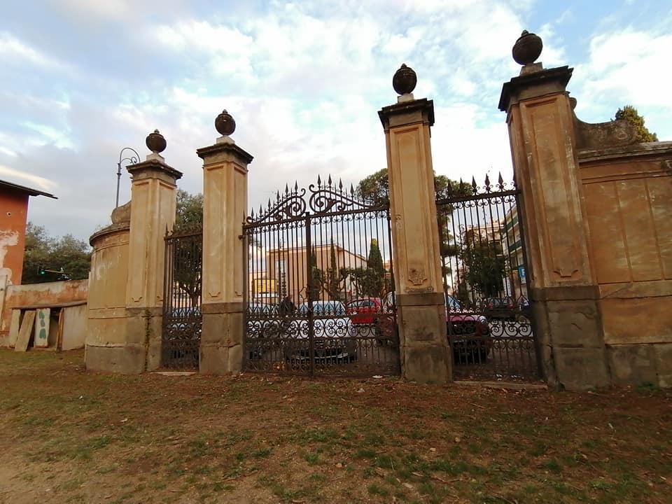 Ingresso monumentale di Villa Ada (Foto dal profilo Facebook di Osservatorio Sherwood)